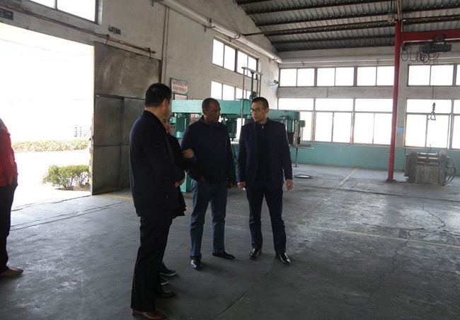Company Leaders And International Friends Inspect Production Workshop
